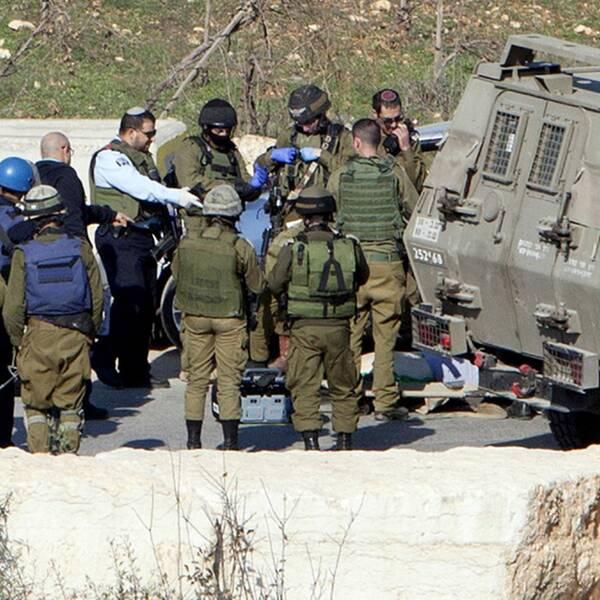 Israeliska soldater vid en vägspärr utanför Hebron. Personerna på bilden har inget med händelserna i texten att göra. Arkivbild.