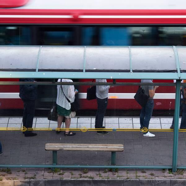 SL-buss och kö av människor.