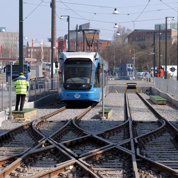 Tvärbanetåg står still vid ändhållplats.