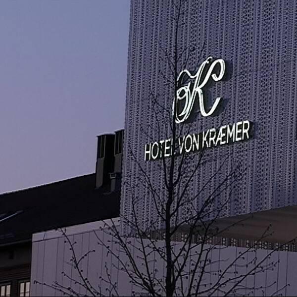 Hotell von Kraemers fasad i skymningljus
