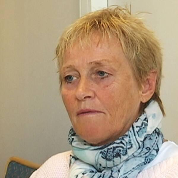 Margareta Borg, chef för barn- och utbildningsförvaltningen i Örebro kommun, sitter vid ett konferensbord.