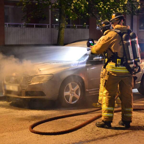 Den civila polisbilen sattes i brand i stadsdelen Hageby under natten efter att den parkerats i närheten av den adress där polisen inlett en husrannsakan tidigare på fredagskvällen.