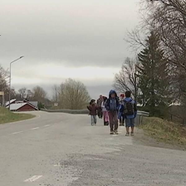Barn på väg till skolan