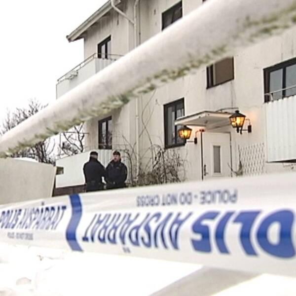 Polis står innanför avspärrningarna av HVB-hemmet i Mölndal.