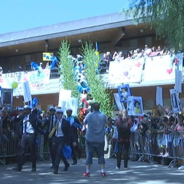 De sista studenterna från Ross Tensta Gymnasium springer ut.