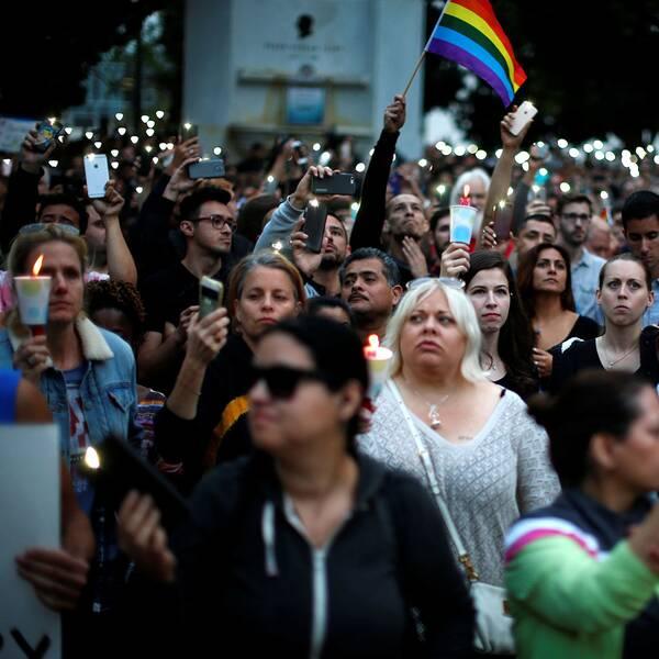 Tusentals samlade vid minnesstunden. Många av deltagarna på mötet bar på bilder av sina döda vänner. Här på bild Amanda Alvear som dödades vid terrordådet.