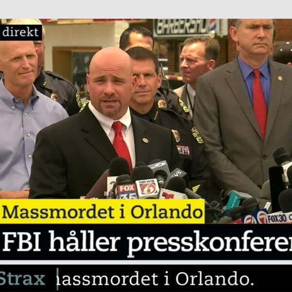 En representant från FBI under presskonferensen.
