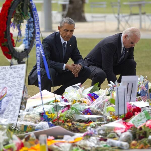President Barack Obama och vicepresident Joe Biden besöker en minnesplats för offren i massakern i Orlando i Florida.