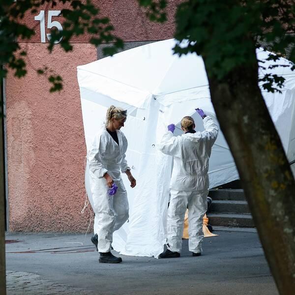 Polisens tekniker på plats vid Tensta Allé i nordvästra Stockholm där en person har dödats och en skadats allvarligt i en skottlossning på måndagskvällen. En förundersökning är inledd angående mord och mordförsök.