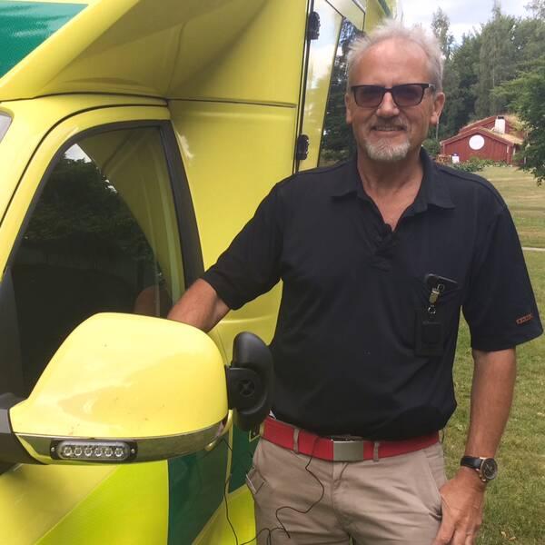 Bernt Gustafsson, fordonsansvarig Region Kronoberg visar den nya ambulansen