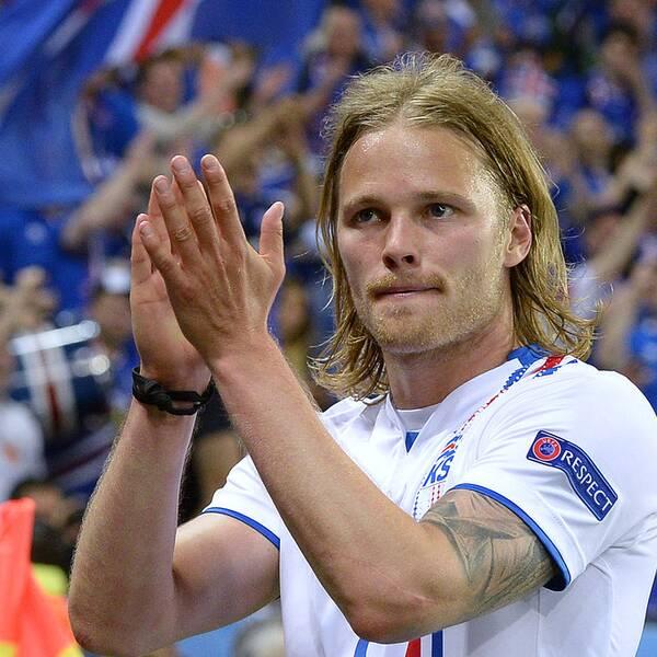 Islands Birkir Bjarnason applåderar supportrarna – och det egna laget.