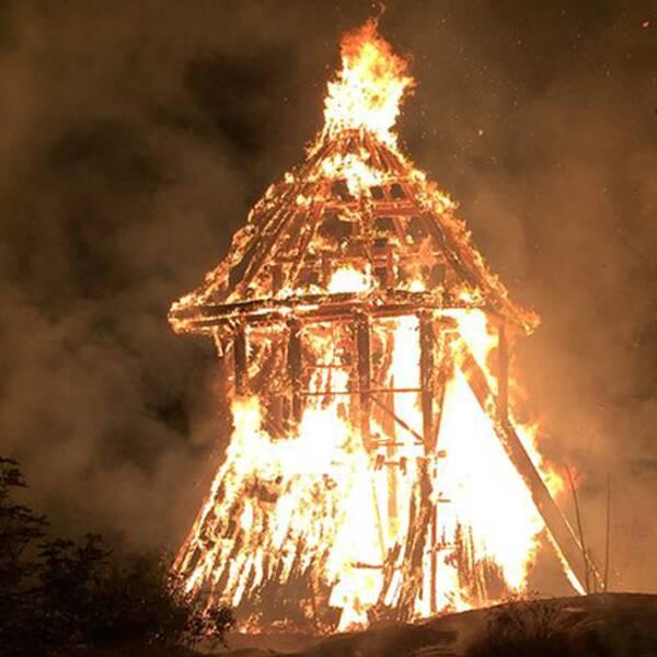 Klockstapeln i Sigtuna brann ner till grunden förra året
