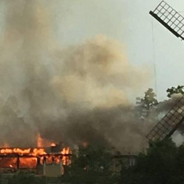 Värdhuset på Torekällberget i brand