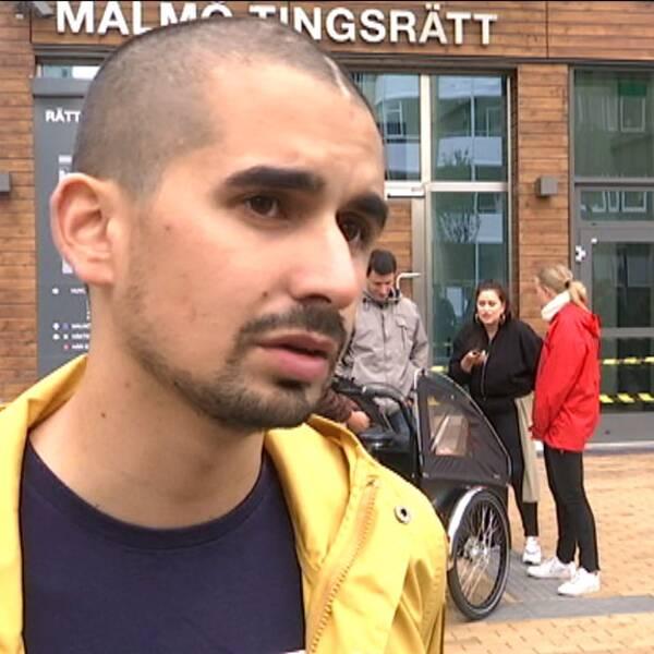 Showan Shattak utanför Rättscentrum i Malmö vid rättegångsstarten på måndagen.