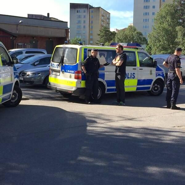 Aulan i Hagsätra samt polisbilar.