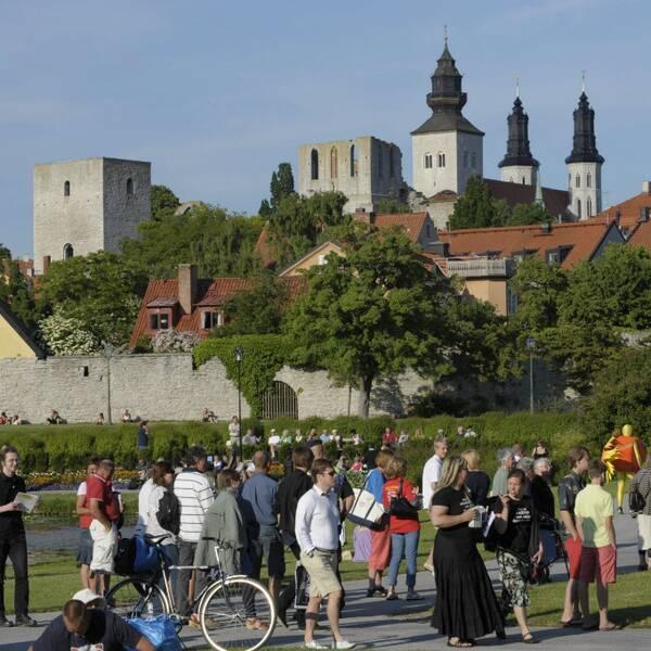 Ganska mycket folk och vackert väder i Almedalen (2009).