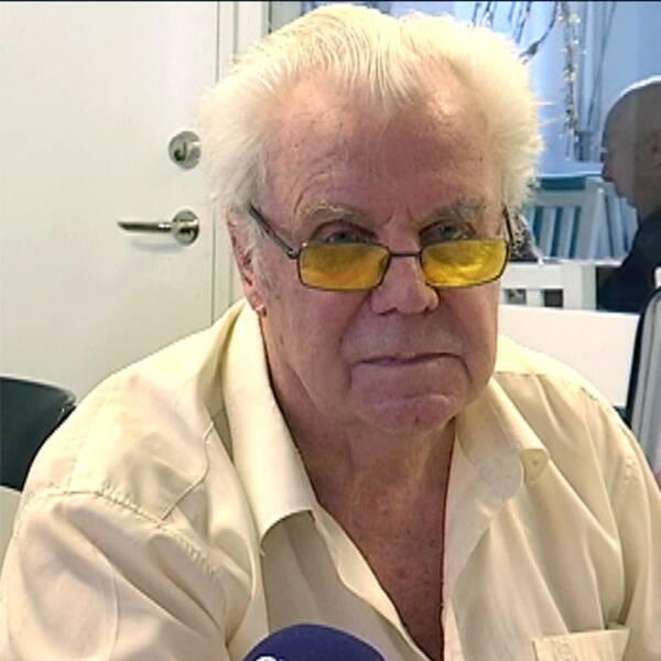 Pensionären Per Allan och en tallrik med köttbullar och makaroner.