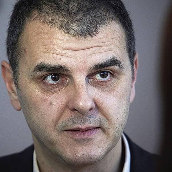 Eu-parlamentarikern Jasenko Selimovic och en koi en djurtransport.