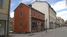 Bild på ett litet rostfärgat hus på gågatan i Östersund, det är det så kallade Jane Doe-huset
