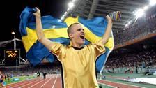 Här jublar Stefan Holm efter sitt OS-guld i höjdhopp på 2.36 och springer ärevarv runt OS-arenan i Aten med den svenska flaggan