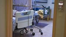En patient i en säng på en vårdavdelning