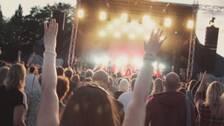 Människor som dansar framför en scen.