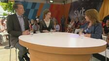 Partisekreterarna Richard Jomshof (SD) och Amanda Lind (MP) diskuterar på SVT:s scen i Almedalen. Programledare är Anna Hedenmo.