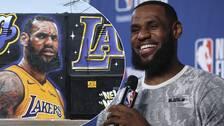 online retailer bb8d8 9636c LeBron James har presenterats av LA Lakers.