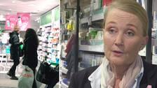 Interiören av ett apotek, med kunder som tittar på hyllorna. Samt Camilla Ås.