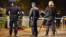 Polisen på plats i Segeltorp vid den plats där en man sköts ned sent på söndagskvällen.