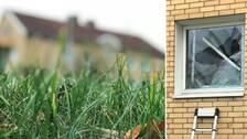 suddigt hus och närbild på det fönster som krossats till bostaden