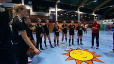 Efter vinst i förra matchen mot Skånela IF kommer Hellton-tjejerna till träning med gott humör och stärkt självförtroende