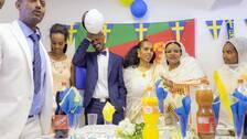 eritreansk familj på studentfest med svenska flaggor