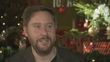 Henrik Johansson framför juldekorationer