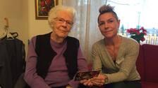Birgit Ericson, som bor på Norra Kungsgården i Kumla, och Lotta Gerdsdorff, tf verksamhetschef.