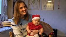 Mamma Jessica Forsling som sitter med sitt barn i knäet.