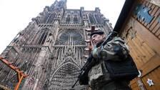 En fransk soldat håller vakt vid julmarknaden framför katedralen.