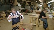 Hantverkare arbetar med trädetaljer