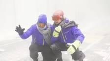 SVT:s meteorolog Nils Holmqvist och reporter Torbjörn Averås Skorup i klimattunneln där det blåser stark vind och snöar.