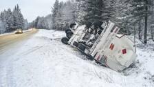 Släp från tankbil ligger i diket vid riksväg 84 mellan Delsbo och Hudiksvall.