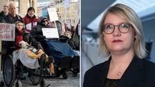 Demonstrationer 206 mot nedskärningar av personlig assistans och SVT:s reporter Marja Grill.