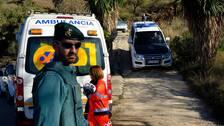 Räddningspersonal försöker fortfarande hitta sätt att hitta den två-årige pojke som ramlar ner i ett borrhål i Malaga i Spanien.