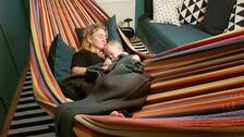 Kajsa Knapp och sonen Otto älskar att sova i en hängmatta. På bilden syns båda sova i en hängmatta.