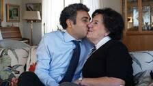 Ulla och Hamzeh pussas i soffan.