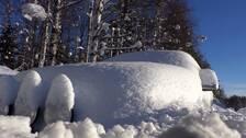 En bil som är täckt av snö