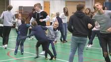 Årskurs 2 och årskurs 9 från Rödebyskolan dansar tillsammans.