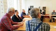 äldre människor sitter i en lektionssal