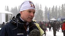 Patrik Jemteborn, VM-general för skidskytte i Östersund står i blå jacka och vit mössa i snöfall.