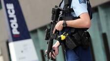 Tungt beväpnad polis utanför domstolsbyggnaden i Christchurch på Nya Zeeland efter terrordådet.