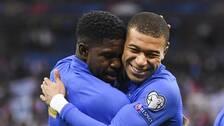 Samuel Umtiti och Kylian Mbappé firar efter den förstnämndes 1-0-mål.